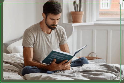 mezczyzna czyta ksiazke