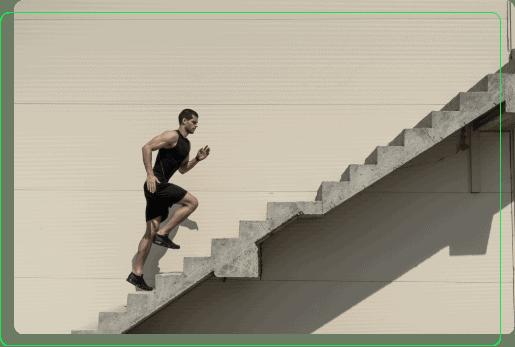 mezczyzna wbiega na schody